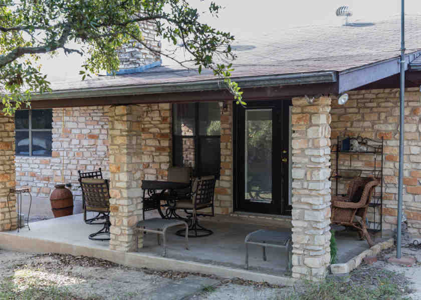 Indian Bluff House in Texas patio01-840x600_c